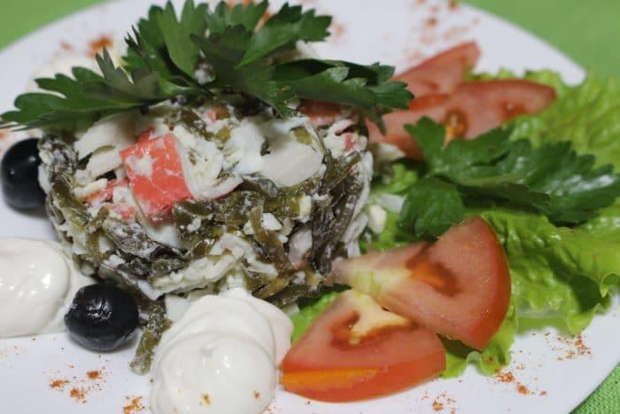 7 отличных салатов с крабовыми палочками и морской капустой
