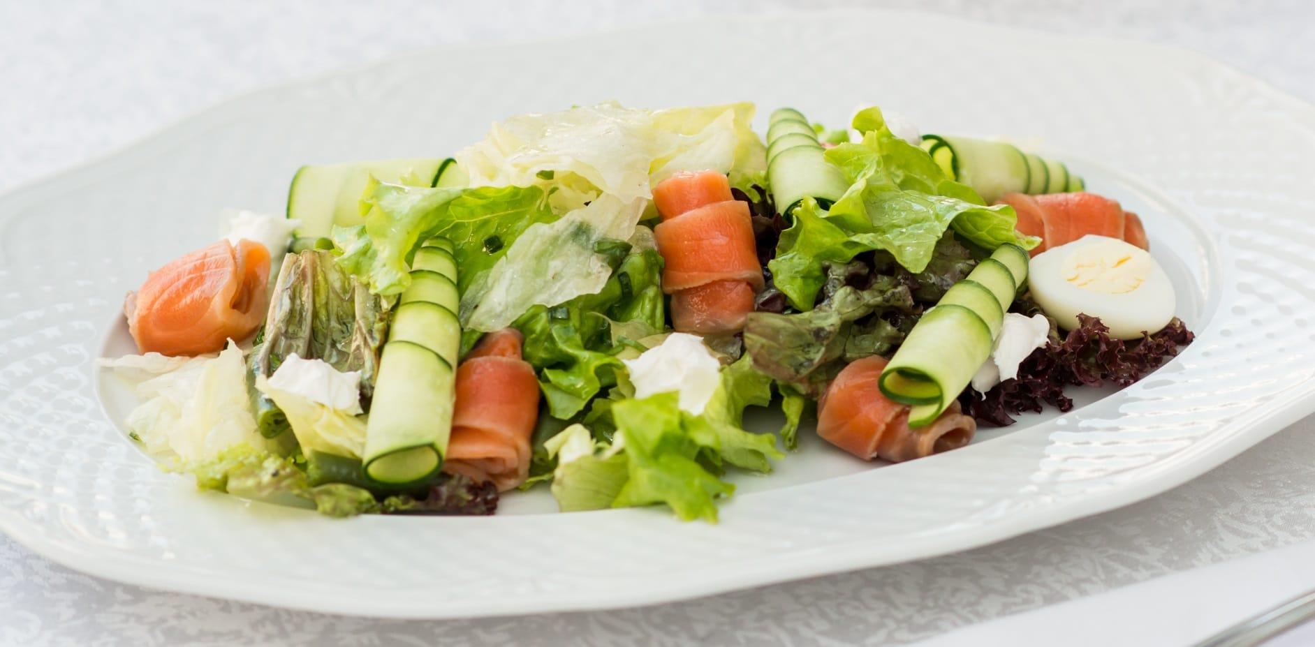Праздничный салат со слабосоленой форелью