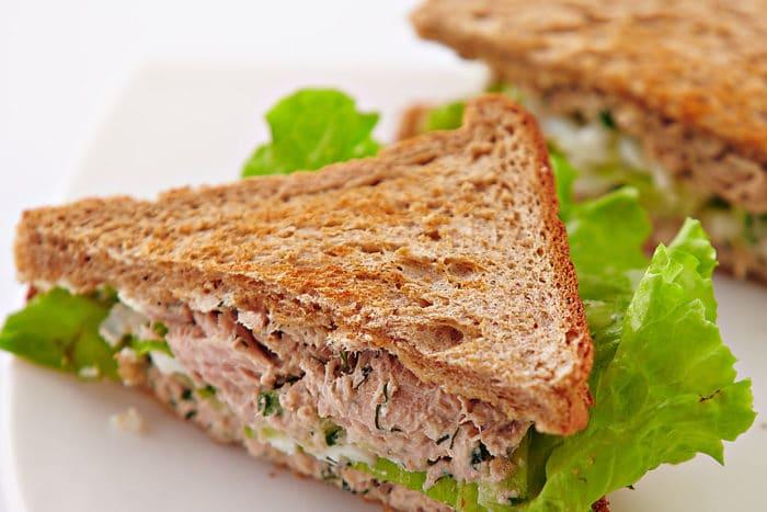 салат с тунцом сендвич