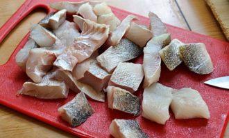 рыба нарезанная кусочками