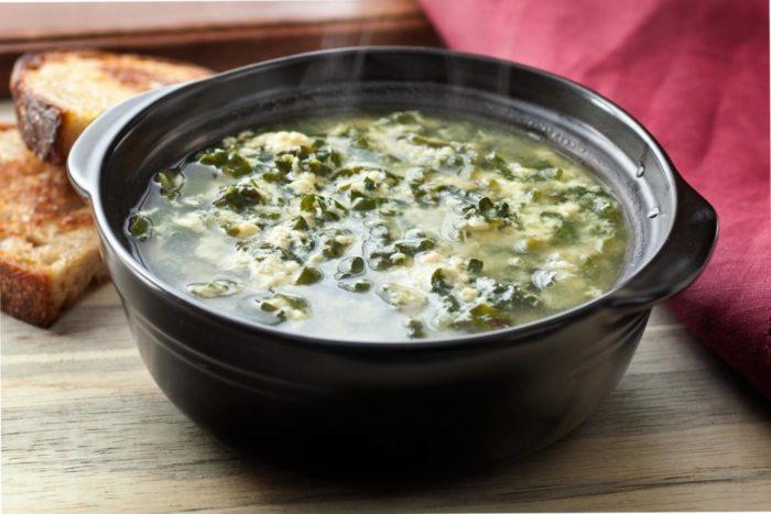 суп с морской капустой и яйцом