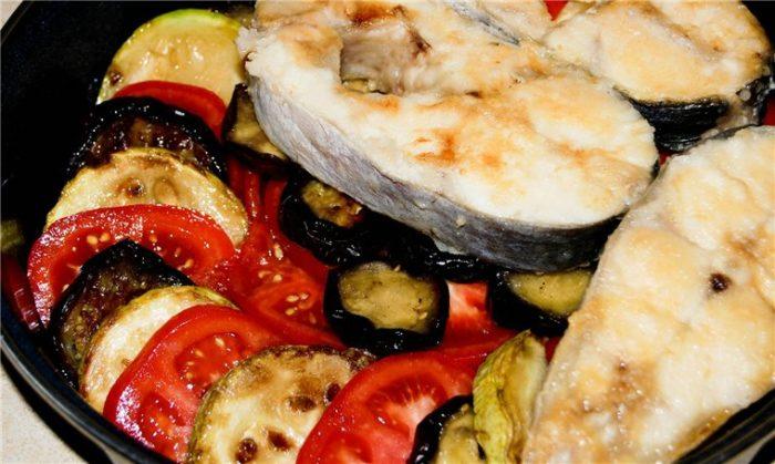 Скумбрия запеченная с картофелем, баклажанами и перцем