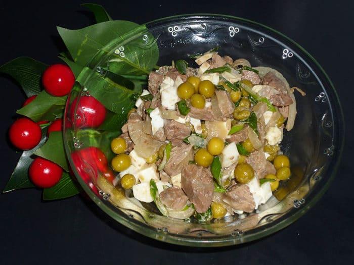 Порадуйте домашних нежным салатом из консервов скумбрии