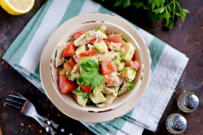 салат из скумбрии с авокадо
