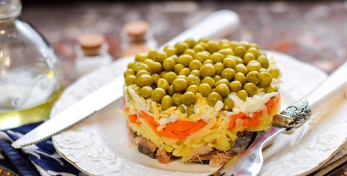 салат со скумбрией и зеленым горошком