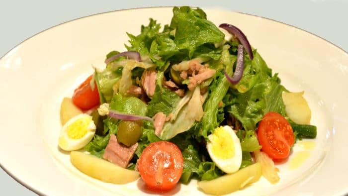 салат с картофелем, томатами и зеленью