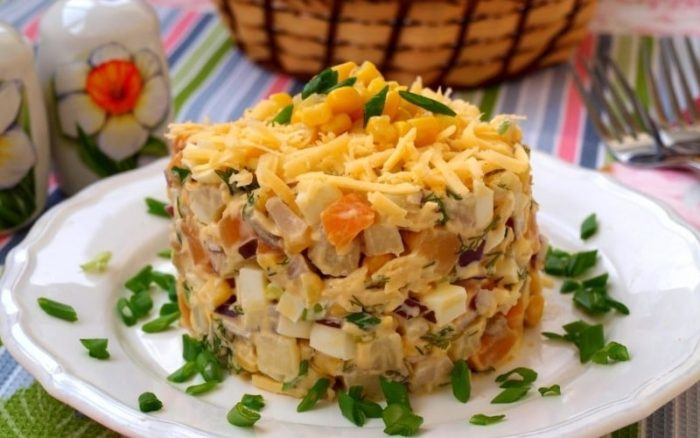 салат с сыром и консервированной кукурузой