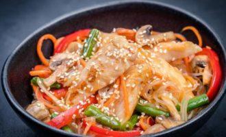 азиатское блюдо с креветками