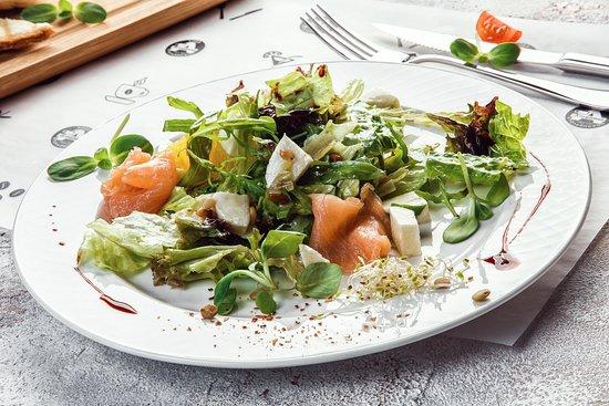 салат с моцареллой и семгой