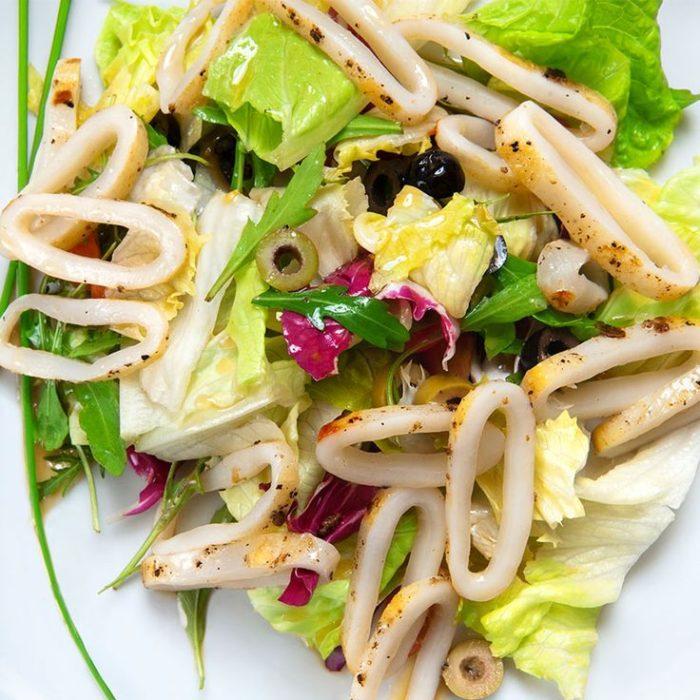 салат с кальмарами и маслинами
