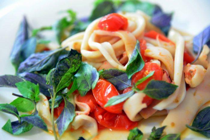салат с кальмарами и томатами черри