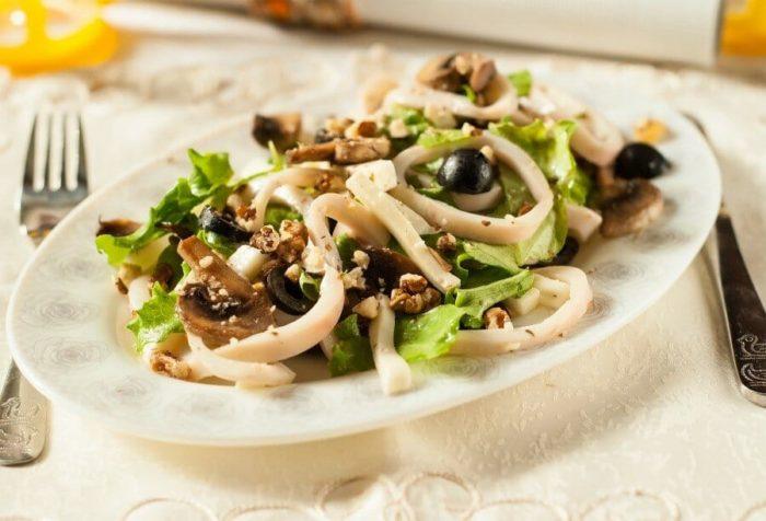 салат с грибами и кальмарами