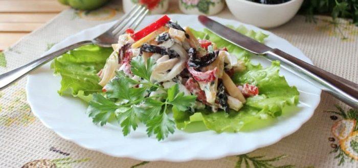сытный салат с кальмаром и черносливом