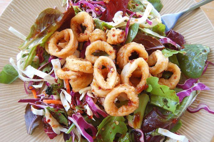 сытный салат с жаренными кальмарами