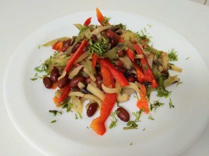 Овощной салат с жареными кальмарами