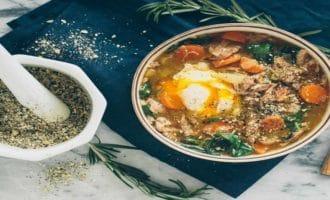 подача супа с морепродуктами к столу