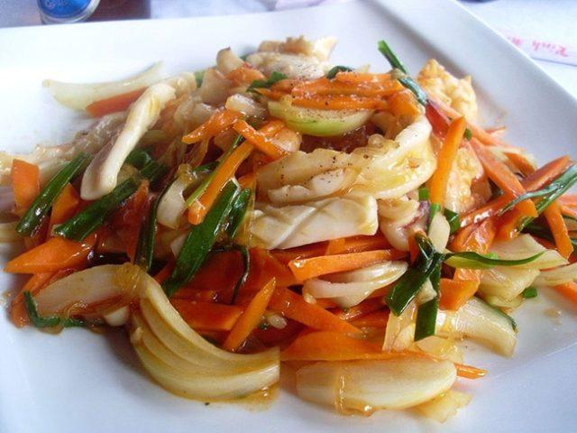 Тушеные кальмары с овощами и рикоттой