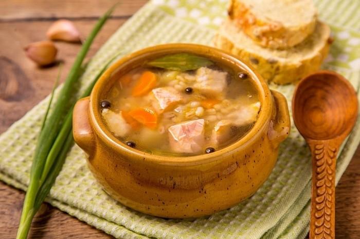 Суп с перловкой и черным перцем с горбушей