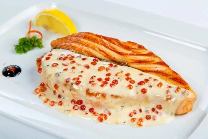 филе красной рыбы под жирным соусом
