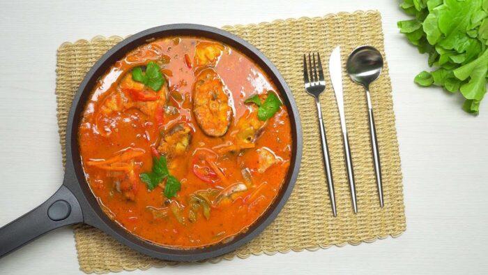 амур запеченный в томатном соусе