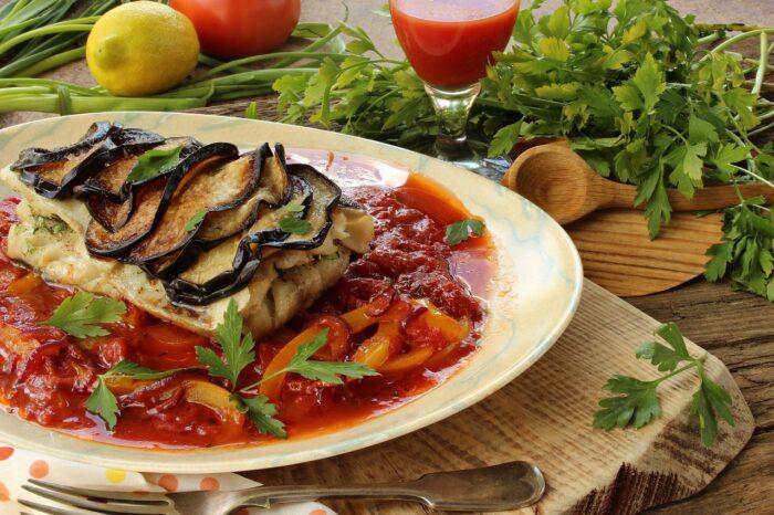 рыба в духовке с салями и тушеными баклажанами