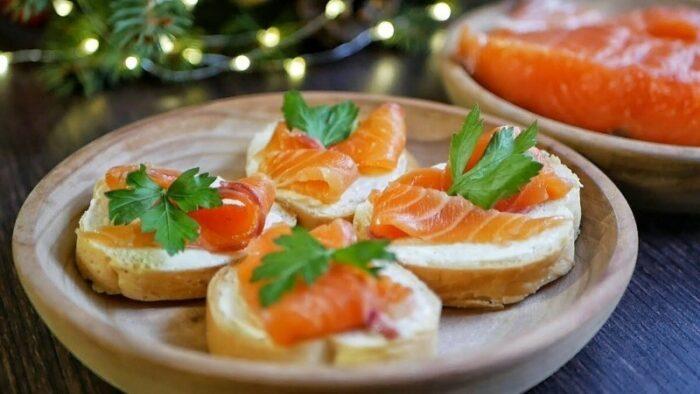 бутерброд со сливочным маслом и красной рыбой
