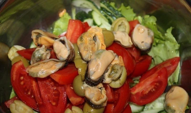 салат с мидиями и свежими овощами