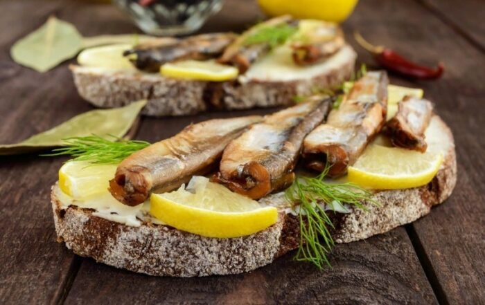 яркий бутерброд со шпротами и лимоном