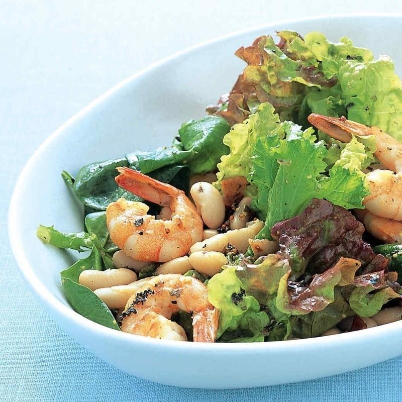 сытный салат с креветкой и фасолью