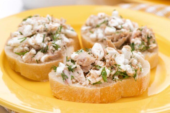 бутерброд с консервированным тунцом и сыром