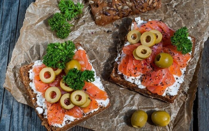 бутерброд с горбушей и оливками