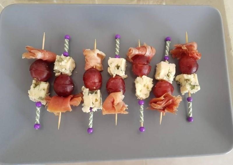 мини сэндвичи с виноградом и рыбой