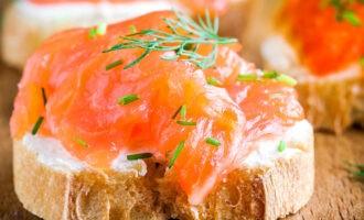 соленый лосось на бутерброде