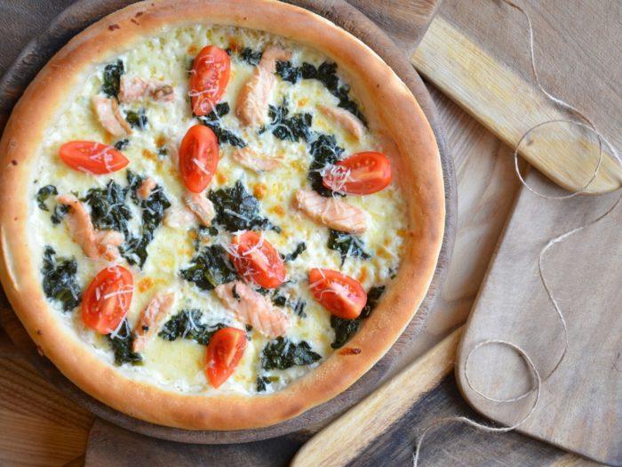 открытый пирог с рыбо грибами и томатами