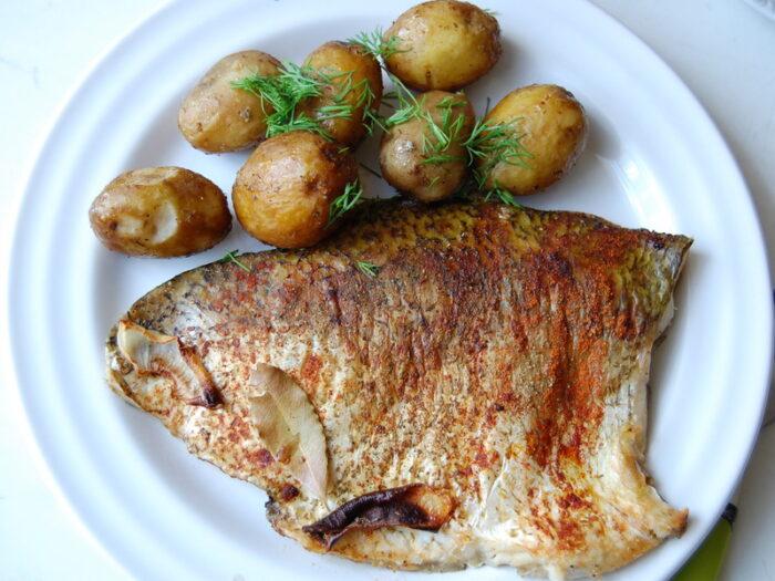 лещ с отварным картофелем и укропом