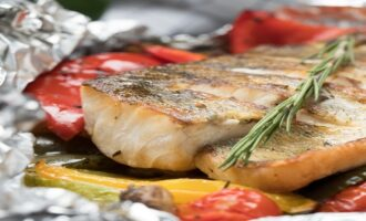 вариант подачи рыбы жаренной на гриль