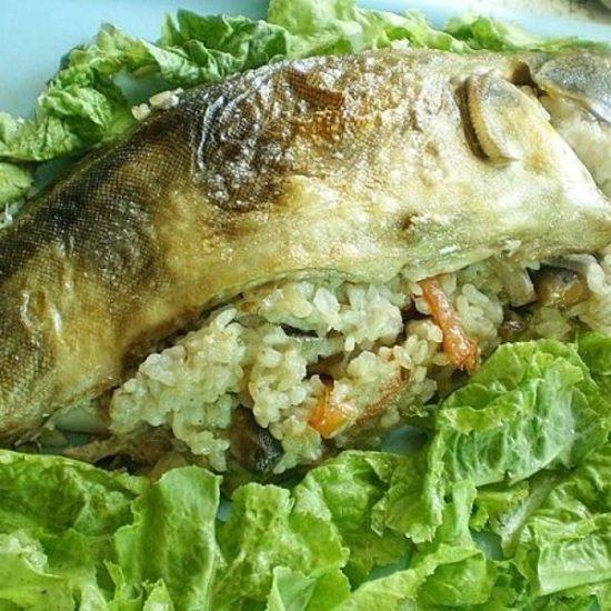 фаршированный терпуг с рисом и овощами в духовке