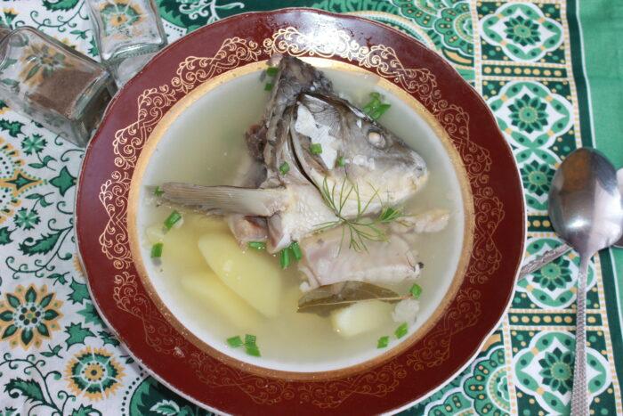 Голова и хвост рыбы в ухе