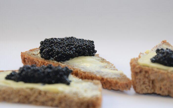 икра на хлебе с маслом