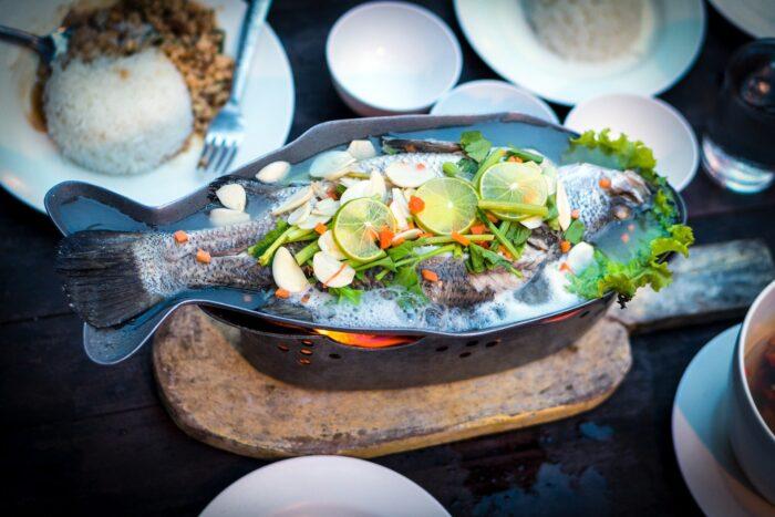 рыба запеченая в духовке с луком и чесноком
