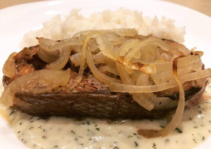 рыба запеченая с луком