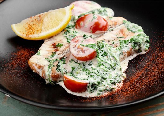 рыба под шпинатом и помидорами