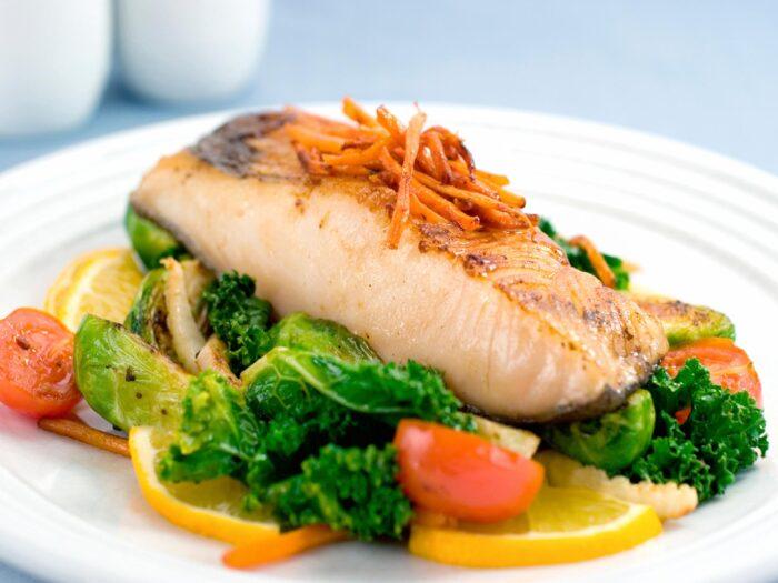 рыба с овощами и лимоном на пару