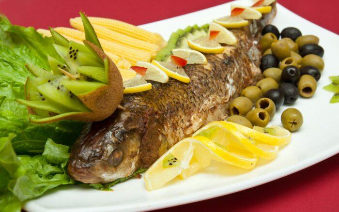 рыба запеченая с лимоном и маслинами