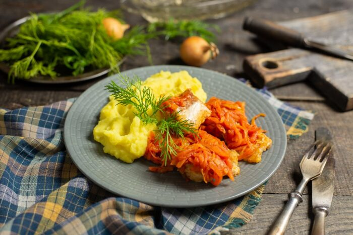 рыба с морковью и картофельным пюре