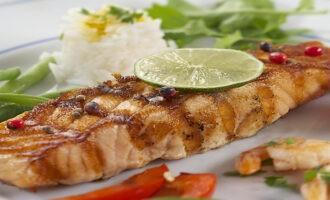 рыбный стейк в соусе