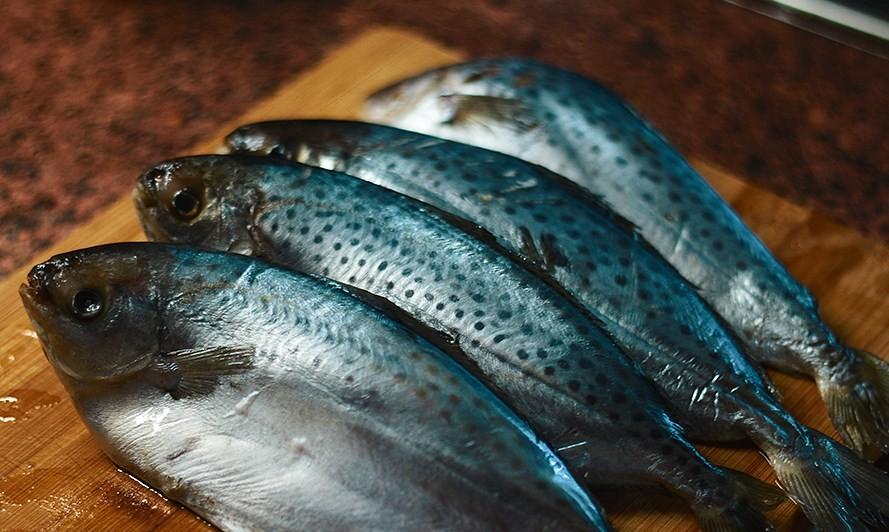 масляная рыба на доске