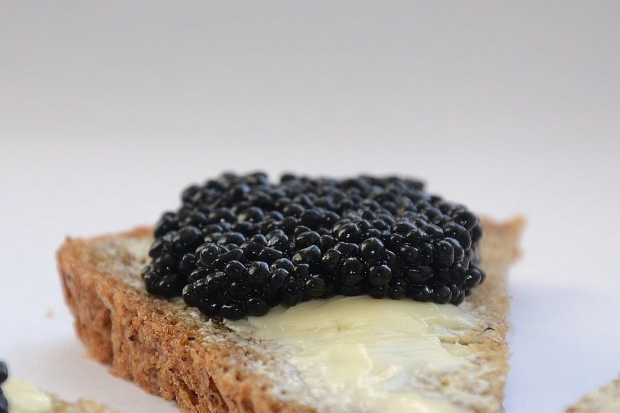 хлеб с маслом и черной икрой