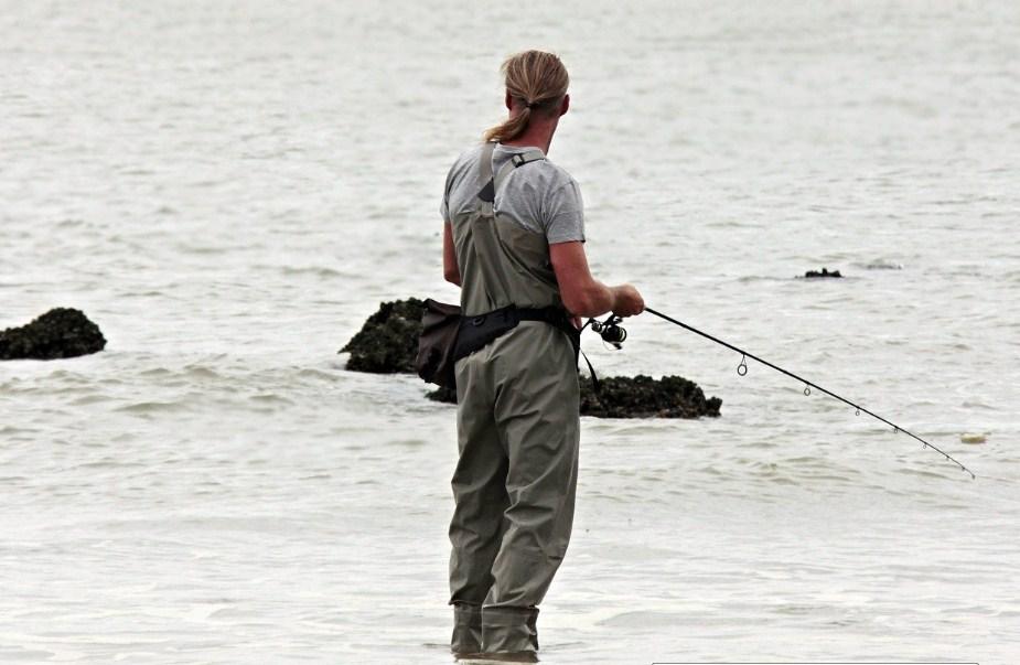 рыбак на берегу водоема